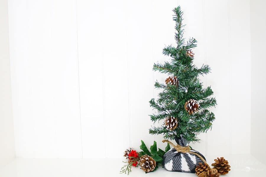 Farmhouse Christmas Decor - diy tabletop christmas tree