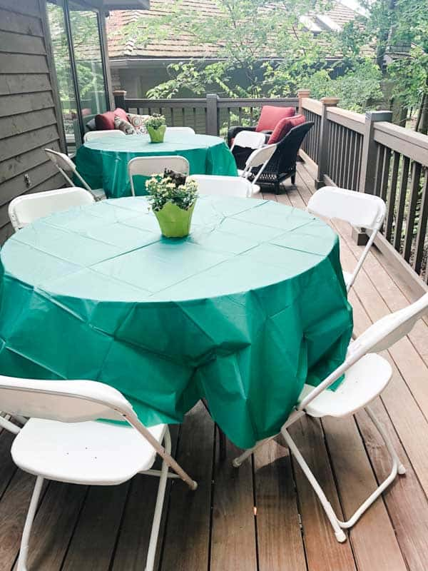 For the graduation party we put round tables and chairs until the upper deck for guests.