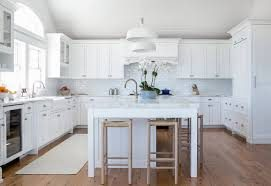A kitchen with Benjamin Moore's Decorator's White on the trim and cabinets.