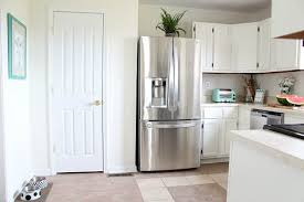 A kitchen with the Sherwin Williams Dover White paint color.