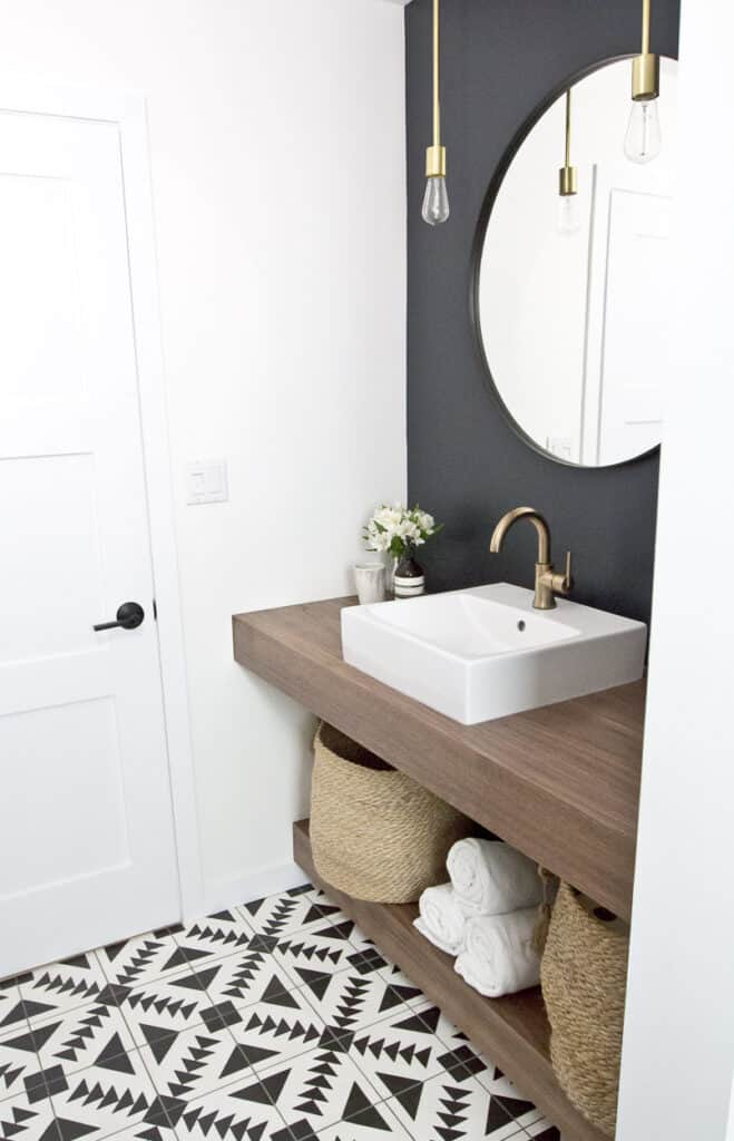 A bathroom with the mirror wall in Soot and the other walls in white.